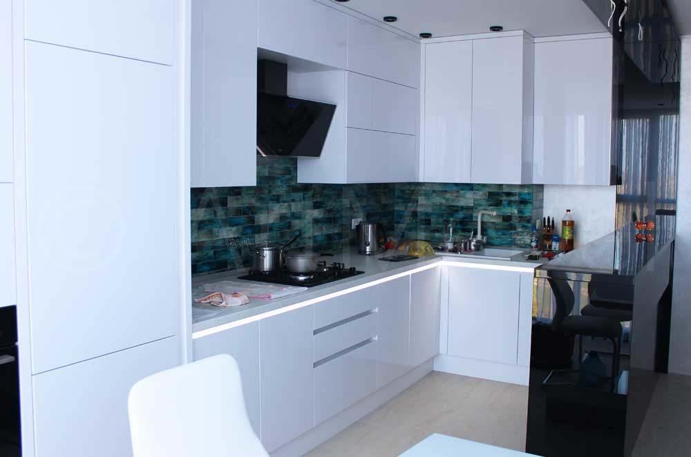 белая современная кухня