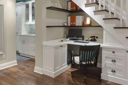 дизайн мини-кабинета под лестницей